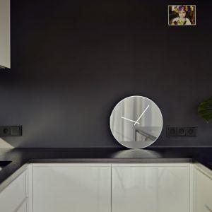 Pomysłowym rozwiązaniem jest ściana nad szafkami pomalowana ciemną farbą magnetyczną. Projekt: Kaza Interior Design. Fot. Dekorian Home