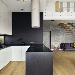 W gościnnej przestrzeni zazwyczaj jest gwarno – znajomi rodziców, koledzy dzieci, czas płynie szybko, przy muzyce, zabawie i zawsze dobrym jedzeniu. Projekt: Kaza Interior Design. Fot. Dekorian Home