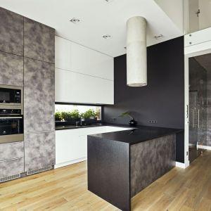 Architektki zaprojektowały kuchnię w kształcie litery U. Projekt: Kaza Interior Design. Fot. Dekorian Home