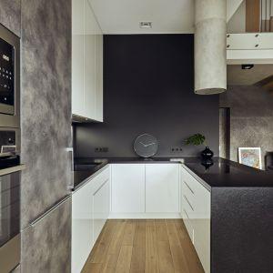 Chociaż kuchnia nie jest duża, mieści wszystko co potrzebne do przyrządzenia wykwintnego menu. Projekt: Kaza Interior Design. Fot. Dekorian Home
