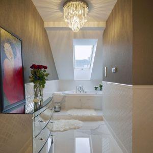 Kiedy dzieci pójdą spać, właścicielka lubi zaszyć się w łazience, urządzonej niczym prywatne, małe spa. Projekt: Kaza Interior Design. Fot. Dekorian Home