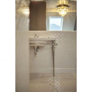 Wnętrze jest kobiece, zmysłowe, trochę w klimacie glamour. Projekt: Kaza Interior Design. Fot. Dekorian Home