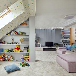 Wspólna przestrzeń na antresoli mieści kącik komputerowy, bibliotekę oraz fantastyczną przestrzeń do zabawy dla dzieci. Projekt: Kaza Interior Design. Fot. Dekorian Home