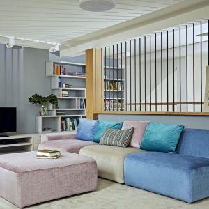 W centrum rodzinnej przestrzeni stanęła wielka, modułowa kanapa, po której uwielbiają skakać dzieci. Projekt: Kaza Interior Design. Fot. Dekorian Home