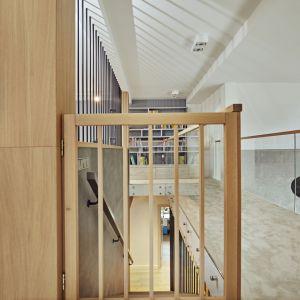 W trosce o bezpieczeństwo dzieci schody prowadzące na antresolę wykończono ażurową balustradą, a górę przeszklono. Projekt: Kaza Interior Design. Fot. Dekorian Home