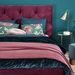 Ręcznie wykonane, głębokie piki sprawiają, że zagłówek łóżka tapicerowanego Elektra zachwyca designem. Fot. Comforteo