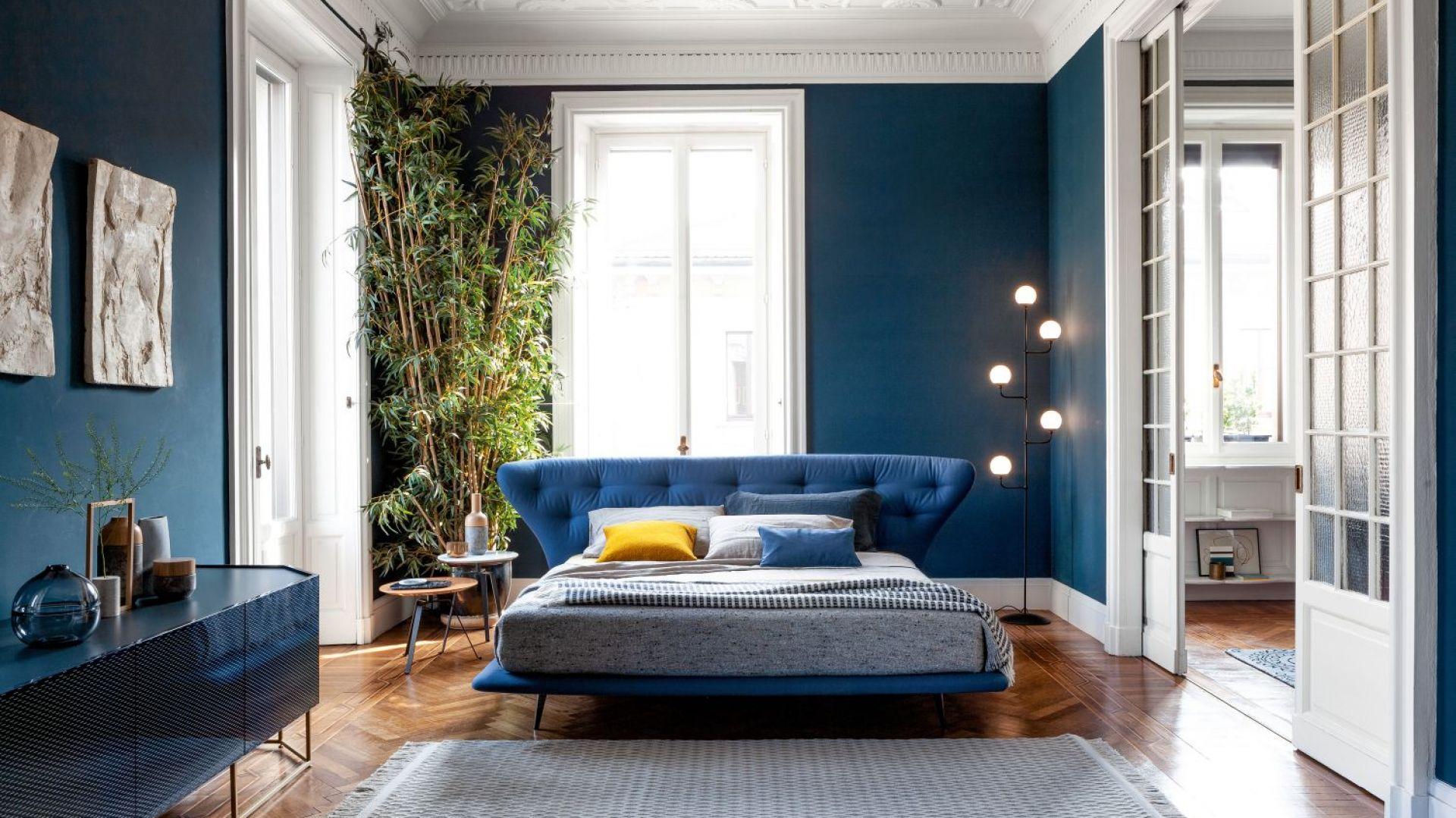 Łóżko Lovy (projekt Sergio Bicego) ma efektowny, pikowany zagłówek. Fot. Bonaldo