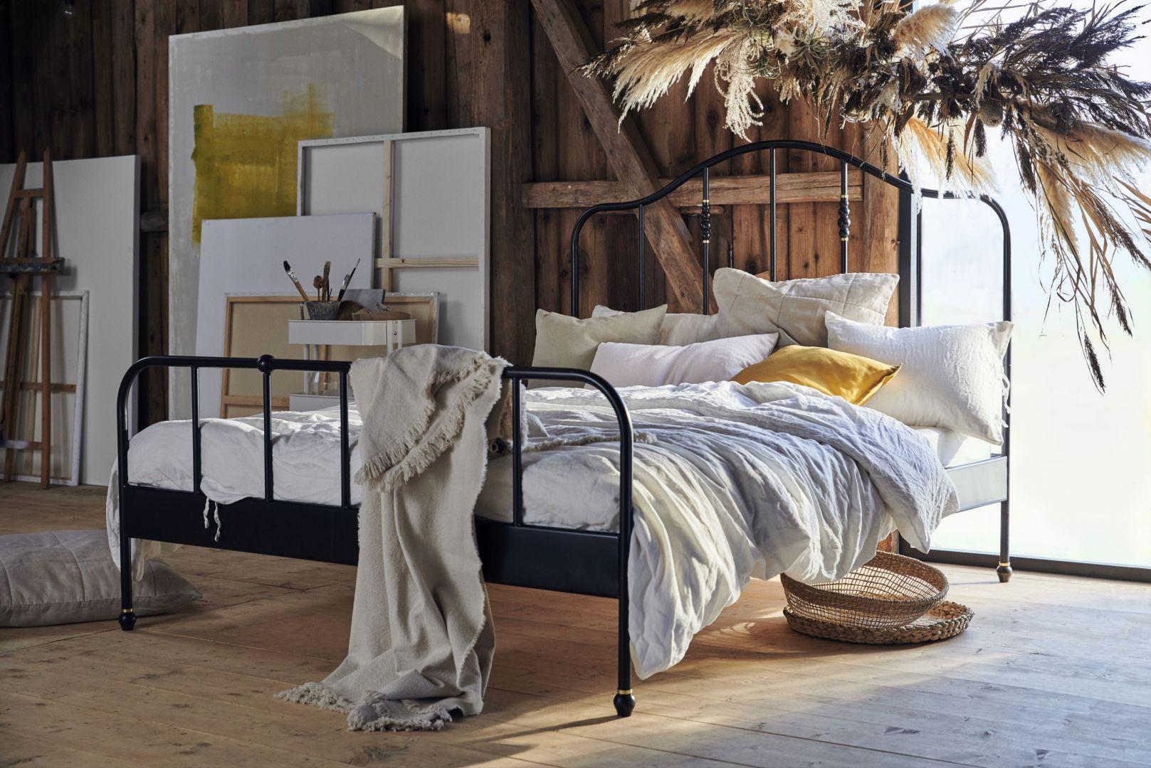 Stylowa rama łóżka Sagstua w kolorze czarnym. Fot. IKEA
