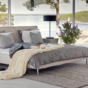 Łóżko tapicerowane Norfolk Bed LC o lekkiej, eleganckiej formie z prostym zagłówkiem. Fot. MTI Furninova