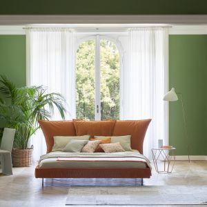 Łóżko Madame C (proj. Giuseppe Viganò) inspirowane postacią Coco Chanel, ma niekonwencjonalny oraz energetyczny kolor. Fot. Bonaldo