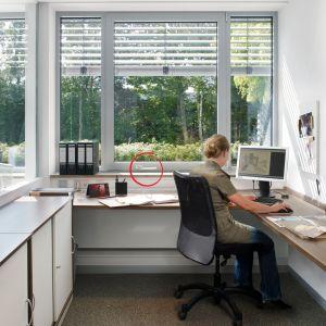 Przestrzeń bez barier. Dom dostosowany do seniorów i osób z ograniczeniami ruchowymi. Roto NT Komfort okno z klamka na dole. Fot. Roto