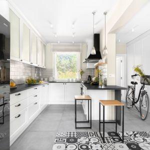 W kuchni panuje sielska atmosfera, m.in. za sprawą klasycyzujących mebli. Projekt: Małgorzata Bacik, Andrzej Bacik. Fot. Jeremiasz Nowak