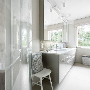 W łazience królują jasna szarość i proste formy. Projekt: Małgorzata Bacik, Andrzej Bacik. Fot. Jeremiasz Nowak