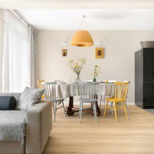 Klimat wnętrza budują stylowe meble oraz ciepłe odcienie drewna. Projekt: Małgorzata Bacik, Andrzej Bacik. Fot. Jeremiasz Nowak