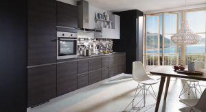 W kuchennym dekoratorstwie od lat rządzi biel. Coraz chętniej sięgamy jednak również po ciemniejsze kolory. I dobrze! Bo czerń, ciemne szarości czy brązy nadająwnętrzu nowoczesny i drapieżny rys.