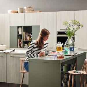 Kuchnia z programu Alnoplan zachwyca dyskretnymi kombinacjami kolorów i inteligentnymi rozwiązaniami do przechowywania. Fot. Alno