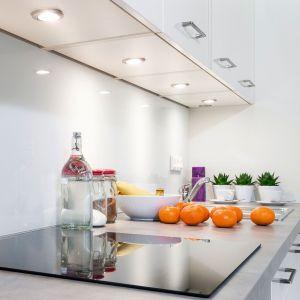 Oczka meblowe LED  do oświetlenia blatu roboczego czy zlewozmywaka mogą być stosowane w niemal każdej części mebla, a nawet w szufladach. Fot. Amix