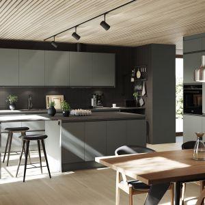 Klasycznej formie zabudowy meblowej Stil nowoczesny charakter nadają fronty w modnym kolorze zielonym i matowym wykończeniu. Fot. Ballingslöv