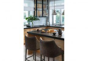 Wyposażenie kuchni - meble i oświetlenie - jest eklektyczne, ale spójne. Projekt: Katarzyna Kraszewska. Stylizacja: Eliza Mrozińska. Fot. Tom Kurek