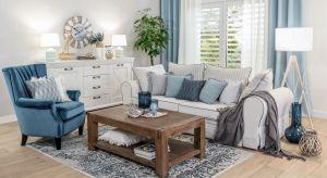 Jasne kolory, wygodne, miękkie sofy i fotele, drewniane meble i stylowe dodatki – to wszystko, co powinno być podstawą aranżacji w stylu Hampton.