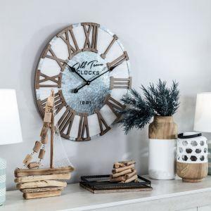 Jasne kolory, wygodne, miękkie sofy i fotele, drewniane meble i stylowe dodatki – to wszystko, co powinno być podstawą aranżacji w stylu Hampton. Fot. Agata
