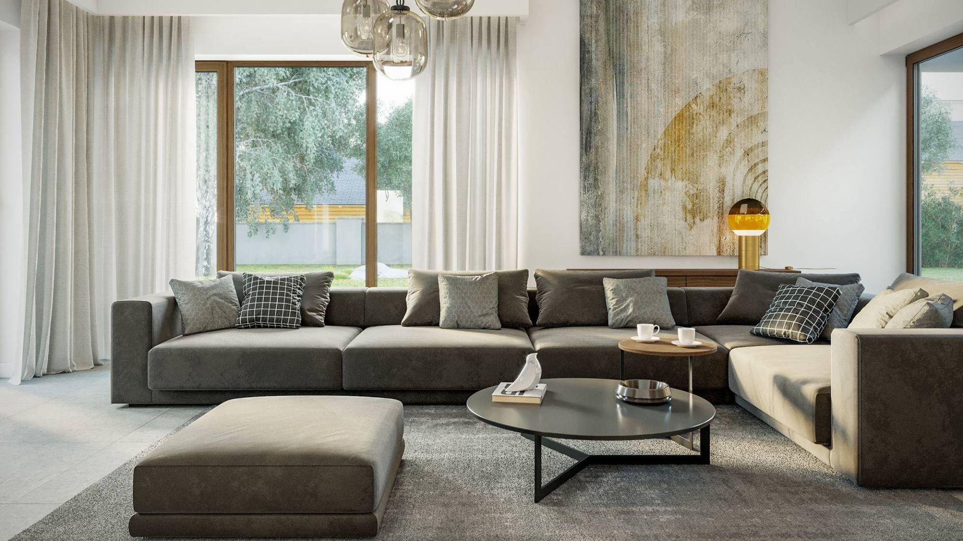 Wrażenie przestronności potęguje antresola, która powiększa przestrzeń salonu. Dom HomeKoncept 13. Projekt i zdjęcia: HomeKoncept