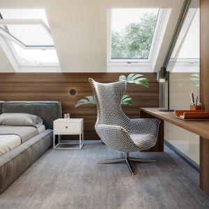 W sypialni zaplanowano też ustronny kącik do pracy. Dom HomeKoncept 13. Projekt i zdjęcia: HomeKoncept
