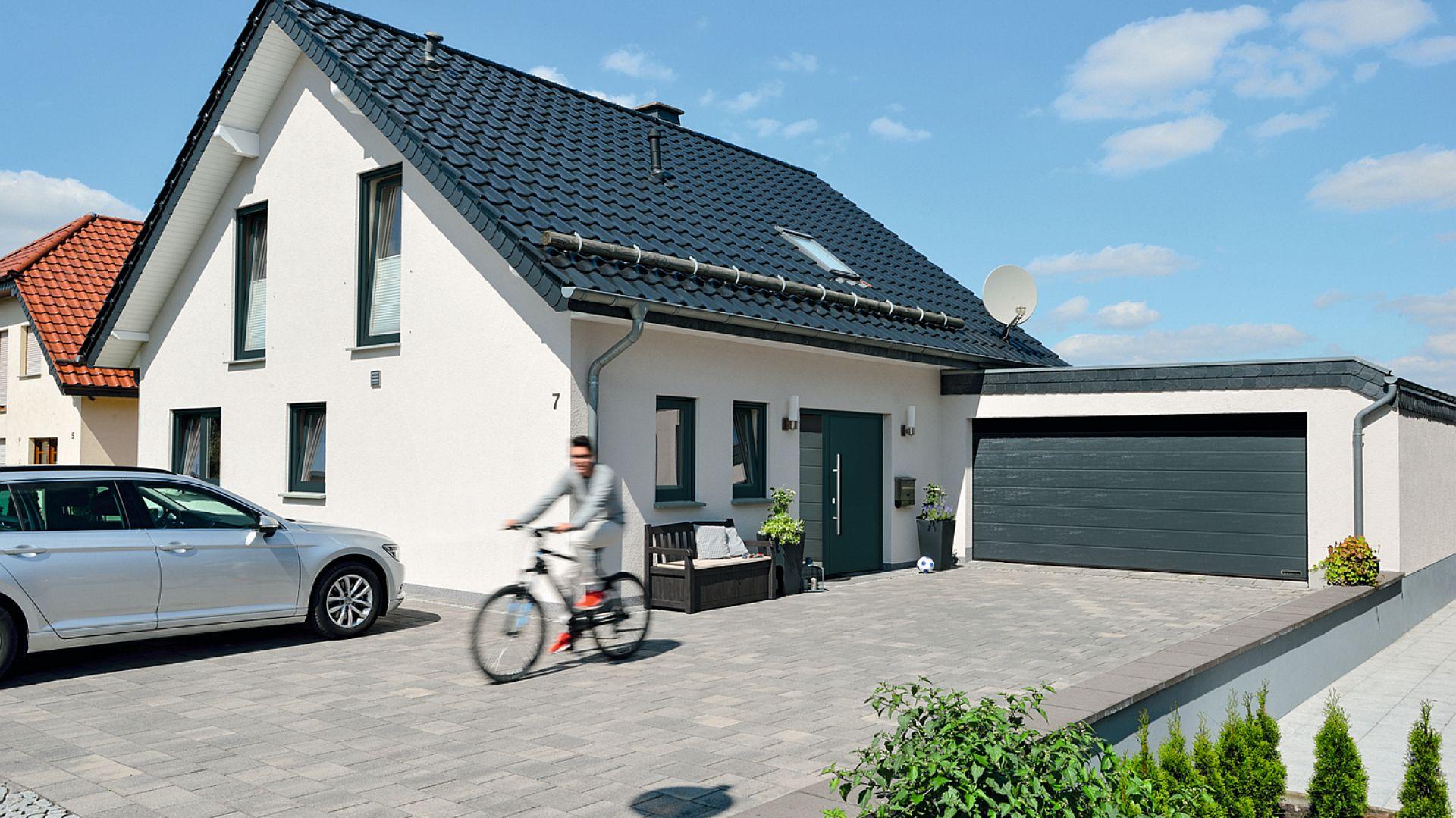Rynek bram garażowych może z początku przytłaczać bogactwem i zróżnicowaniem oferty pod względem konstrukcji, parametrów technicznych, sposobu otwierania oraz wzornictwa. Jeśli właściwie dobierzemy model bramy garażowej to będzie on nie tylko będzie niezawodnie służył przez długie lata, ale też i ozdobi nasz dom. Fot. Hörmann
