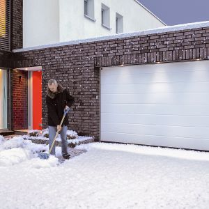Obecnie jedne z najpopularniejszych bram dostępnych na rynku to bramy garażowe, segmentowe. Polecane są do garaży wychodzących bezpośrednio na ulice lub do garaży zintegrowanych z domami, oraz do mniejszych domów, gdzie często brakuje miejsca na podjeździe. Fot. Hörmann