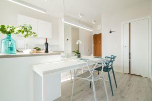 Białe elementy wyposażenia niemal wtapiają się w tło, dzięki czemu pomieszczenia zyskują na przestronności. Projekt i zdjęcia: KODO