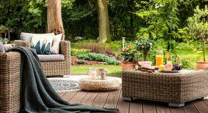 W marketach budowlanych dostępnych jest wiele produktów ochronno-dekoracyjnych do drewna. Zanim zdecydujemy się jednak na zakup oleju, lazury lub lakierobejcy, konieczne będzie określenie rodzaju drewna, z którego wykonany jest dany element oraz pre