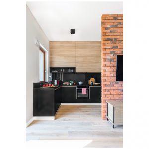 Kuchnia jest niczym wizytówka całego wnętrza, widoczna zaraz po wejściu do mieszkania. Projekt: Joanna Rej. Fot. Pion Poziom –  Fotografia Wnętrz