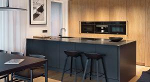 Wnętrze tego apartamentu jest niezwykle uporządkowaną przestrzenią. Każdy metr kwadratowy został starannie wykończony a element wyposażenia dokładnie wybrany.Główną rolę w aranżacji grają odcienie ciemnej szarości i czerń, które przeł