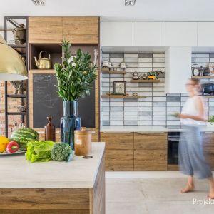 Ścianę w kuchni zdobią industrialne płytki. Projekt: Monika Pniewska. Fot. Pion Poziom