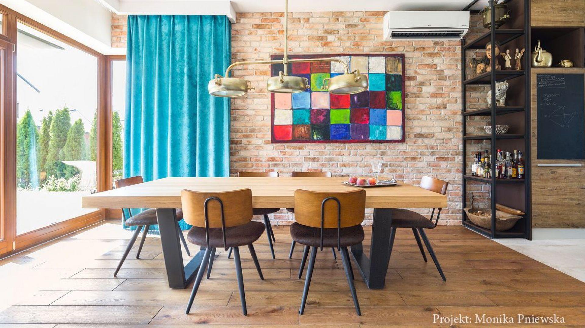 Oryginalna forma stołu to projekt właściciela. Projekt: Monika Pniewska. Fot. Pion Poziom