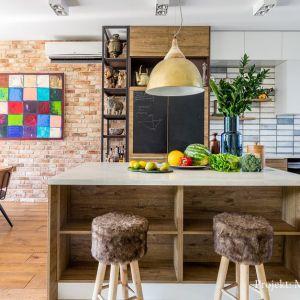 W jadalni i kuchni zastosowano różne materiały wykończeniowe. Projekt: Monika Pniewska. Fot. Pion Poziom