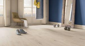 Drewno jest jednym z surowców, które nie potrzebują nadmiaru dodatków, aby pięknie wyeksponować walory wnętrza.