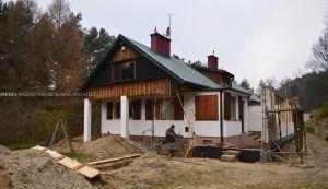 Budynek, który wcześniej pełnił funckje stodoły lub stajni, po przebudowie miał się stać wygodnym i obszernym domem z klimatem, zatopionym w Kaszubskiej kniei. Projekt i wizualizacje: ANIEA - Andrzej Niegrzybowski architekt