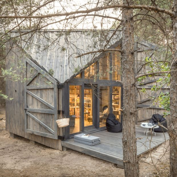 Niezwykły dom powstał Warszawą. Zobacz chatkę do czytania.