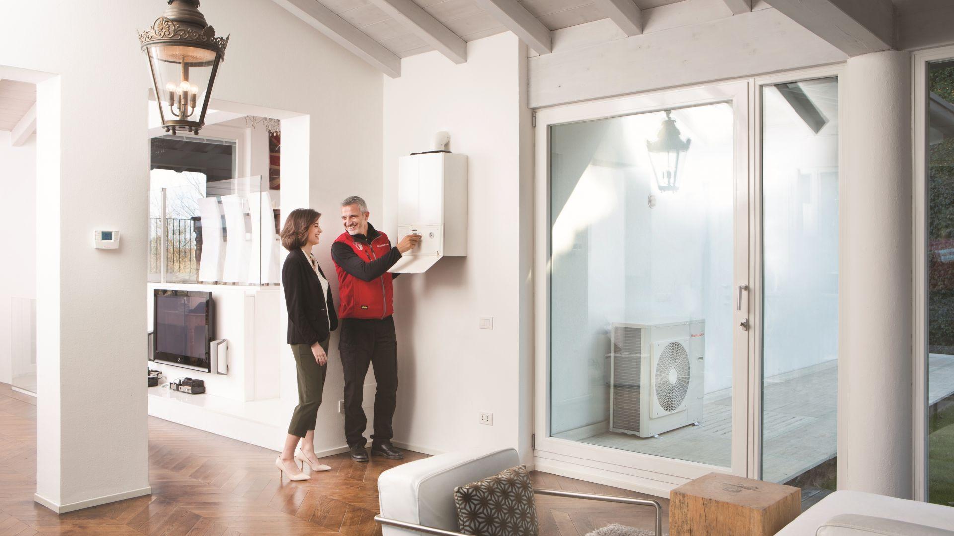 Kocioł kondensacyjny EXA może być instalowany niemal wszędzie, nawet w ciągu szafek kuchennych; intuicyjna obsługa. Fot. Immergas