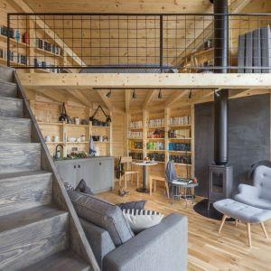 Sypialnia na antresoli, kompaktowa kuchnia oraz w pełni wyposażona łazienka pozwolą wygodnie spędzić czas i oddać się lekturze lub po prostu wyciszeniu. Fot. Ernest Wińczyk
