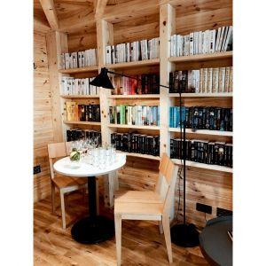 Wydawnictwo Albatros dostarczyło setki książek i zapełniło półki biblioteczki Bookworm Cabin. Fot. Ernest Wińczyk