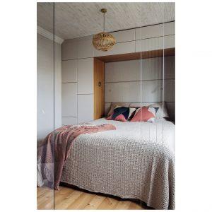 Łazienka połączona z sypialnią powstała w mieszkaniu położonym w starej, gdyńskiej kamienicy. Projekt: Magdalena Bielicka, Maria Zarzelska-Pawlak. Fot. Hanna Połczyńska, Kroniki Studio