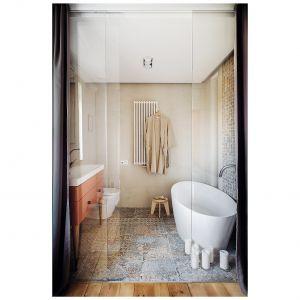 W łazience elementy estetyki retro przeplatają się z nowoczesnymi rozwiązaniami. Projekt: Magdalena Bielicka, Maria Zarzelska-Pawlak. Fot. Hanna Połczyńska, Kroniki Studio
