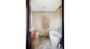 Urządzona w nowoczesnym stylu retro, skąpana w jasnych barwach, z unikatowymi detalami – taka jest łazienka będąca prywatną oazą relaksu i wyciszenia pani domu.