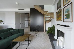 We wnętrzach przeważa biel, szarość, odcień naturalnego drewna i niewielkie akcenty w czerni. Projekt: Madama. Fot. Yassen Hristov