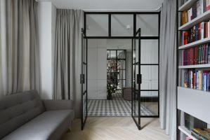 Zastosowanie szklanych drzwi pozwoliło jednocześnie na doświetlenie holu naturalnym światłem. Projekt: Madama. Fot. Yassen Hristov