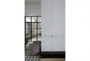 Pokój został powiększony dzięki wnęce ze szklanymi drzwiami. Projekt: Madama. Fot. Yassen Hristov