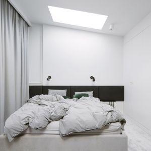 Projektanci przyłożyli szczególną wagę do wykorzystania naturalnego doświetlenia. Stąd świetliki sufitowe w sypialni. Projekt: Madama. Fot. Yassen Hristov
