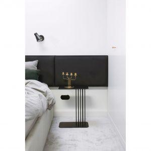 Czarne akcenty w sypialni to m.in. włączniki i gniazdka Berker-Hager, które zainstalowano w całym apartamencie. Projekt: Madama. Fot. Yassen Hristov